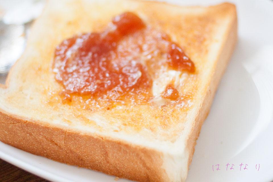ペリカンのパンにジャムを塗った写真