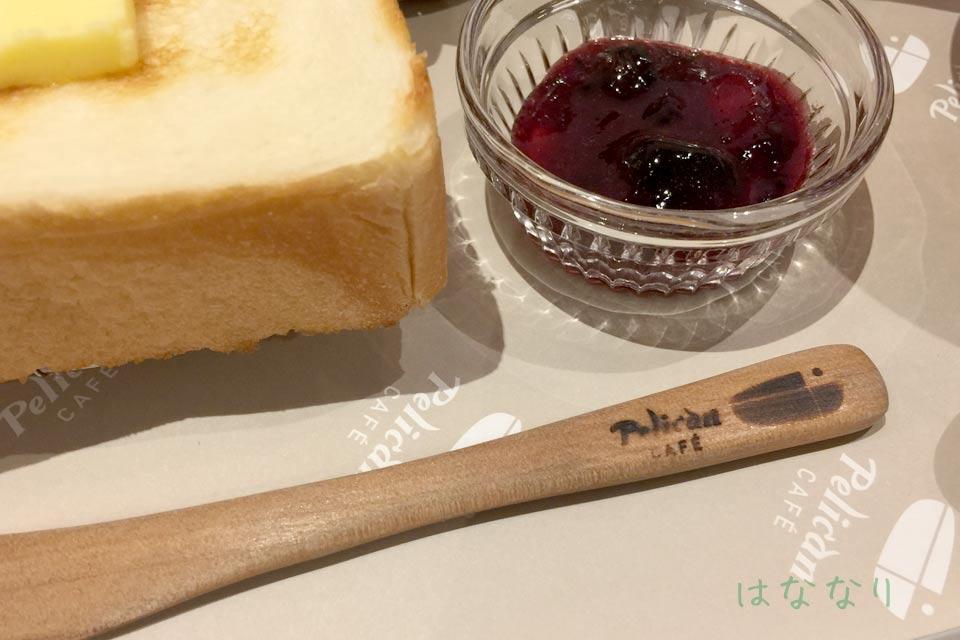 敷紙からバターナイフ、砂糖と全てにロゴが入ります。大きめ目のミルクピッチャーが可愛い!